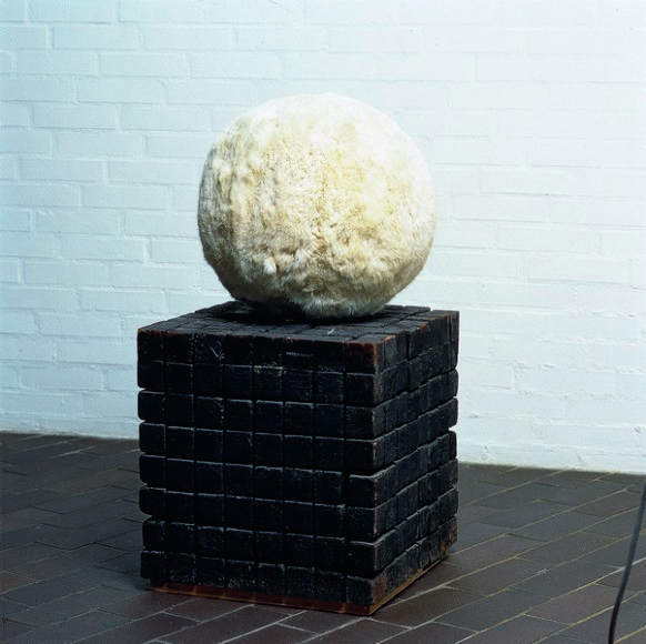 Piero Manzoni, Achrome, 1961, D45,5cm cube of wood 46,9x46,9x46,9cm. Ball of rabbit fur on base of charcoaled wooden cubes. Inv.nr. 315A 9. Fotograferne Thomas Pedersen og Poul Pedersen